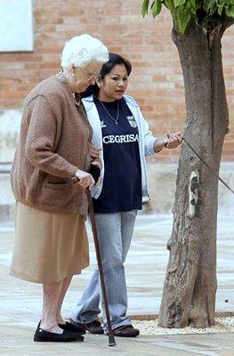 inmigrante cuida anciano en roma