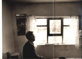 Anciano mira por la ventana