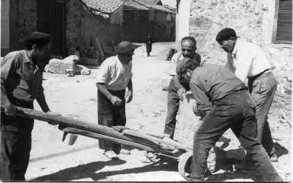 Ferreras de Abajo (Zamora). Trabajos comunales para la construcción de la nueva iglesia