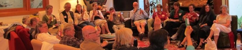 """Habitantes de un senior cohousing en Sooke (Canadá) poniendo en práctica su método de toma de decisiones, """"Consensus"""". www.canadianseniorcohousing.com"""