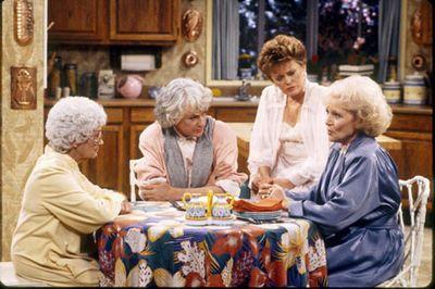 """Un modelo en el recuerdo: """"las chicas de oro"""" y una mesa camilla que las une hace más fuertes"""