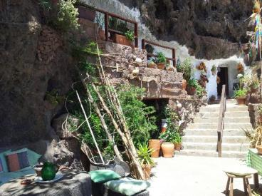 Patio ante las casas-cueva de Artenara. Lugares para el encuentro